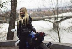Menina e velomotor do esporte Fotografia de Stock