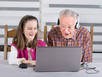 Menina e vovô surpreendidos Fotografia de Stock