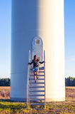 Menina e windturbine Fotos de Stock Royalty Free