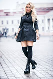 Menina elegante à moda bonita nova que veste o vestido preto Fotos de Stock Royalty Free