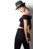 Menina elegante bonita na roupa preta no fundo branco imagens de stock