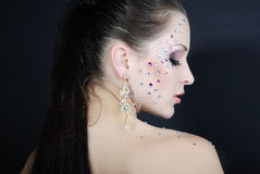 Menina elegante bonita no fundo escuro com diamante Fotografia de Stock