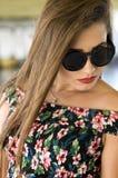 Menina elegante com óculos de sol foto de stock royalty free