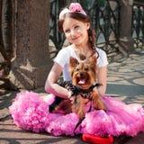 Menina elegante com um cão Imagens de Stock