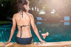 Menina elegante da jovem mulher do retrato na bebida bebendo preta sobre Imagem de Stock