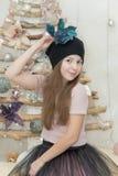 A menina elegante em um chapéu tenta sobre uma flor Imagem de Stock Royalty Free