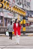 Menina elegante no cruzamento de zebra, Yiwu, China Fotografia de Stock