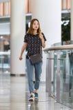 Menina elegante no shopping de Livat, Pequim, China Foto de Stock Royalty Free