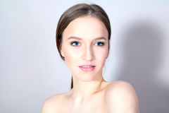 Menina elegante nova com cara bem arrumado fotografia de stock