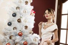 Menina elegante perto da árvore de Natal fotos de stock