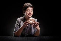 Menina elegante que come um bolo de chocolate Imagens de Stock Royalty Free