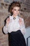 Menina elegante 'sexy' bonita no vestido de noite em uma blusa branca e em uma saia preta longa, vestido na véspera de Ano Novo,  foto de stock