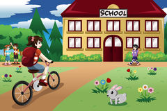 Menina elementar do estudante que monta uma bicicleta à escola Imagens de Stock Royalty Free