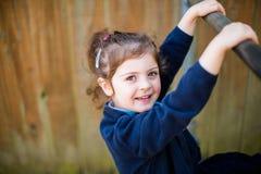 Menina elementar feliz da escola da idade no campo de jogos Fotografia de Stock Royalty Free