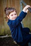 Menina elementar feliz da escola da idade no campo de jogos Fotografia de Stock