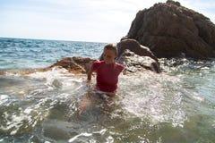 Menina em águas incomodadas Foto de Stock
