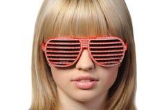 A menina em óculos de sol à moda - jalousie imagem de stock