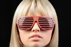 A menina em óculos de sol à moda - jalousie foto de stock royalty free