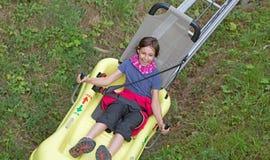 Menina em Bob Ride em Tatranska Lomnica - Tatras alto imagem de stock royalty free
