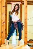 Menina em botas dos saltos altos da calças da sarja de Nimes Fotografia de Stock Royalty Free