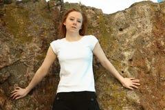 Menina em branco da camisa do branco t fotos de stock