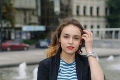 Menina em camisa listrada na cidade Imagens de Stock