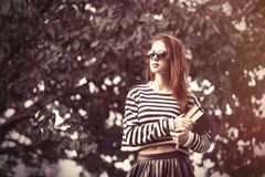 Menina em camiseta listrada com livros Imagens de Stock Royalty Free