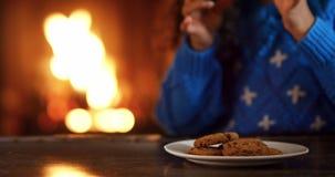 Menina em casa no Natal filme