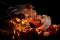 A menina em chapéus de Santa tem um Natal foto de stock royalty free