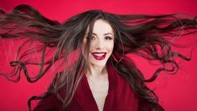 Menina em choque no fundo cor-de-rosa Mulher bonita nova com cabelo acima fotografia de stock