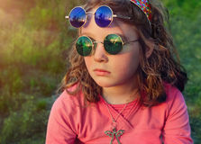 Menina em dois vidros coloridos redondos dos pares foto de stock