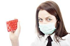 Menina em drogas da terra arrendada da máscara da gripe Foto de Stock Royalty Free