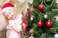 Menina em espreitar atrás da árvore Imagem de Stock Royalty Free