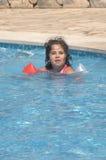 Menina em flutuadores infláveis das sobre-luvas fotos de stock