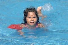 Menina em flutuadores infláveis das sobre-luvas imagem de stock