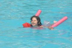 Menina em flutuadores infláveis das sobre-luvas fotos de stock royalty free