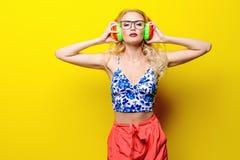 Menina em fones de ouvido brilhantes fotos de stock royalty free