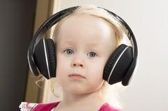 Menina em fones de ouvido grandes imagens de stock royalty free