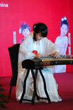 Menina em jogar o guzheng Fotografia de Stock