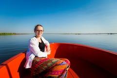 Menina em Lotus Lake vermelha Foto de Stock Royalty Free
