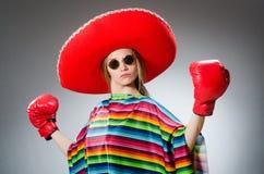 Menina em luvas vívidas mexicanas do poncho e da caixa imagem de stock royalty free