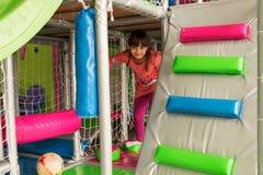 Menina em Maze Paygrounds foto de stock royalty free