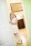 A menina em meu mother& x27; as sapatas de s serão convidados dados boas-vindas Sim da idade 5 Fotos de Stock