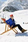 Menina em montanhas do inverno Fotografia de Stock