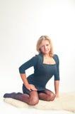 A menina em ocupas escuras de um vestido Imagem de Stock