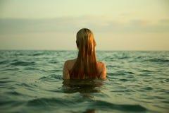 Menina em ondas do mar Imagens de Stock Royalty Free