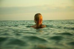 Menina em ondas do mar Foto de Stock Royalty Free