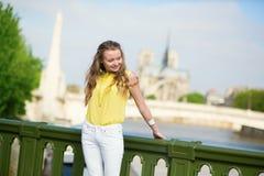 Menina em Paris com Notre-Dame atrás dela Foto de Stock Royalty Free