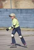 A menina em patins de rolo Imagens de Stock Royalty Free