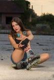 Menina em patins de rolo Fotografia de Stock